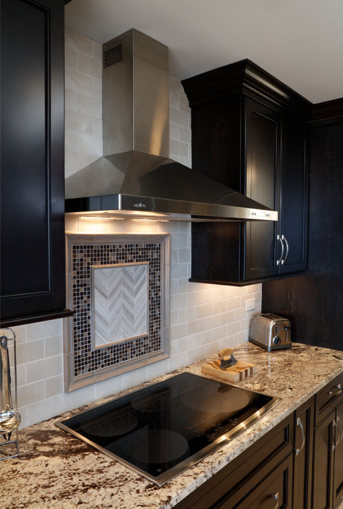 Glass tile inlay in the kitchen backsplash