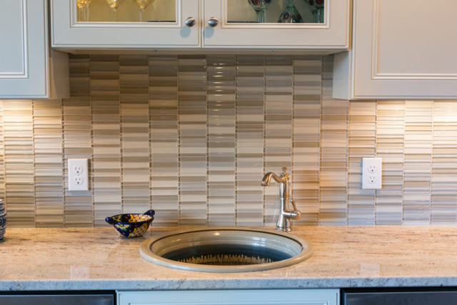 Glass tile backsplash in neutral colors for wet bar