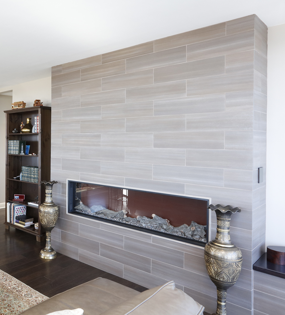 Gas fireplace dressed with tile